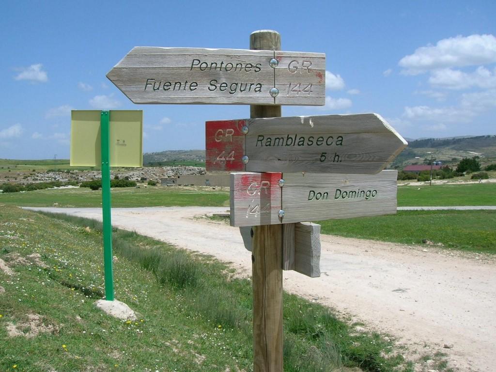Señales de senderos en la Sierra de Cazorla.