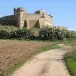 el corredor a su paso junto al castillo.